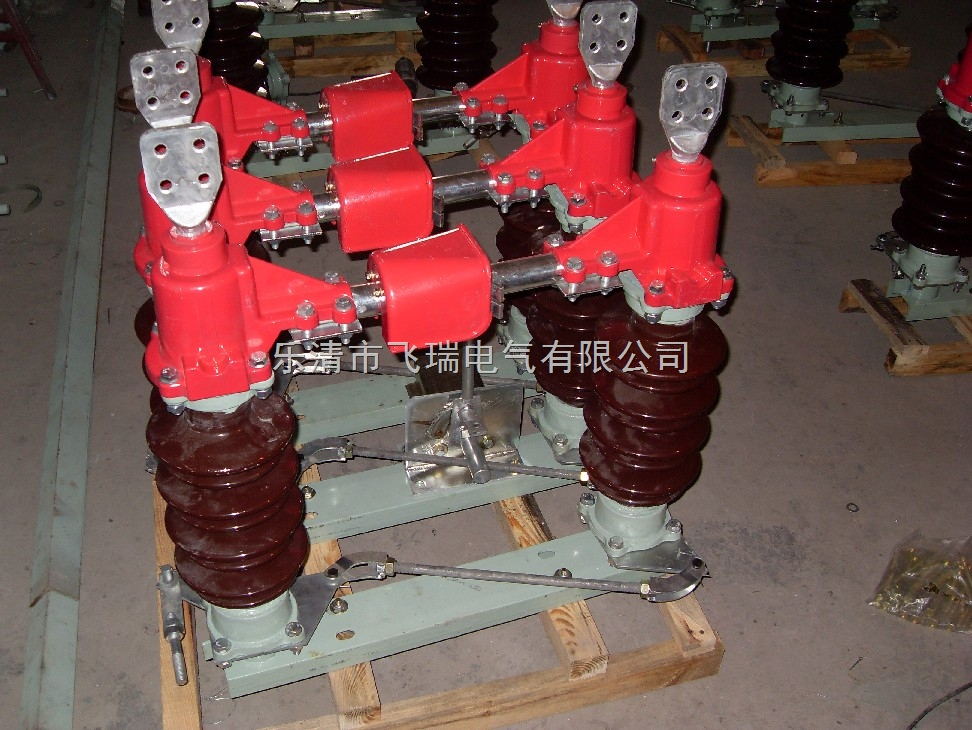 GW4系列隔离开关是一种双柱式隔离开关,它是单极形,当三极使用时,极间用带轴机械连接 起来,三极同步使用。 GW4系列隔离开关由底座,绝缘支柱及导电部分组成。 GW4系列隔离开关每极有两个瓷柱,分别装有底座两端轴承上,以交叉连杆连接(GW4-10系列隔离开关只有一个瓷柱装在底座一端轴承上,另一个瓷柱固定装在底座的另一端),可以水平旋转。 GW4系列隔离开关导电闸刀分成两半,分别固定在两个瓷柱顶上,作水平分合闸,触头接触地方是在两个瓷柱的中间,用操动机构操动一个瓷柱及导电体转动91度,另一个瓷柱及导电体也由