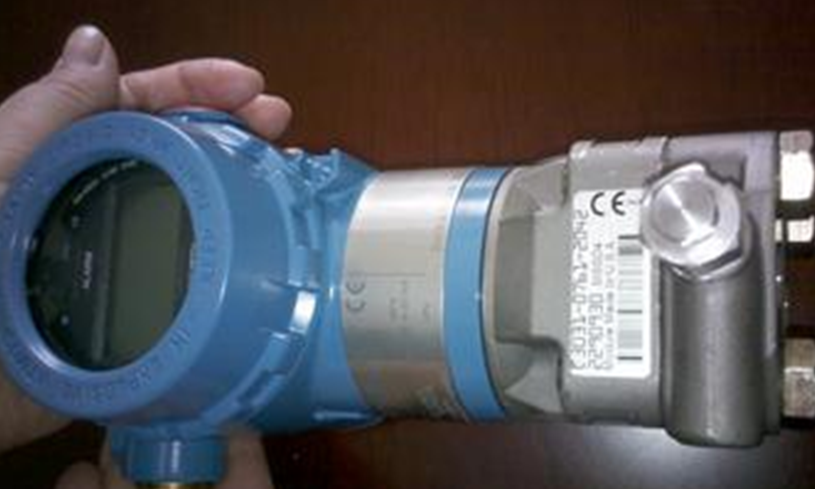工作时,高,低压侧的隔离膜片和灌充液将过程压力传递给灌充液,接着灌图片